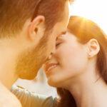 Pocałunek – skąd to się wzięło? Co ze sobą niesie?