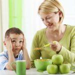 Jak przekonać dziecko do jedzenia warzyw i owoców? Niejadek w domu.