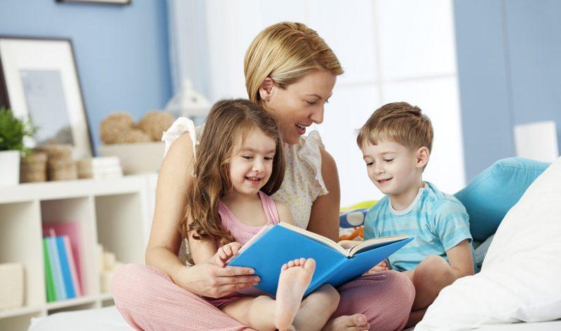 kobieta czyta swoim dzieciom bajke 448188 article